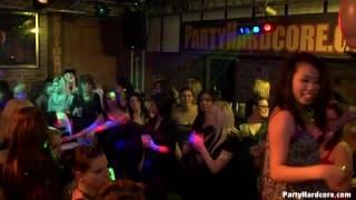 Alcuni troie cazzo in un night club
