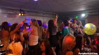 Una discoteca piena di puttane molto eccitate