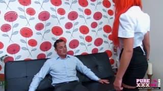 Cameriera rossa in lingerie sexy per una scopata folle