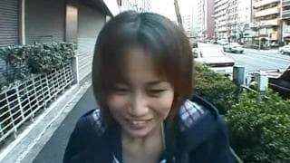 Brunetta asiatica con una figa pelosa scopata per strada