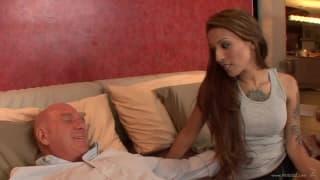 Una brunetta che vuole compiacere il suo vecchio amico a letto