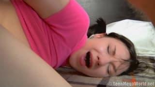 Penetra la figa bagnata di un'adolescente impertinente