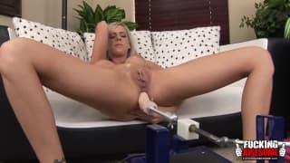 Kaylee Hitlon gode di una buona doppia masturbazione