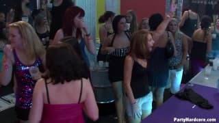 Ci sono un sacco di ragazze che scopano in una discoteca