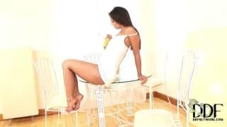Eve Angel sta usando una banana per masturbarsi la figa
