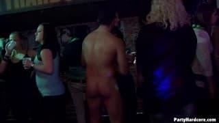 Porno girato interamente in una discoteca