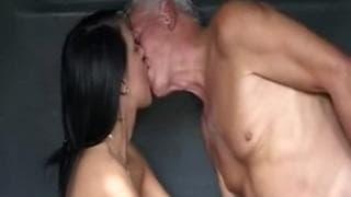 Giovane ragazza e uomo più anziano si divertono