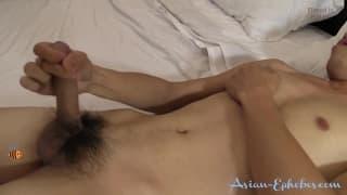 Un buon paglia con un ragazzo asiatico caldo