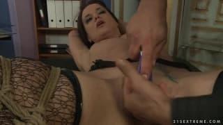 Andy Brown in questa scena bondage piena di piacere
