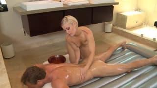 Ash Hollywood in un massaggio molto sexy e sensuale