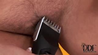 Valentina vuole mostrarci come si rade la figa