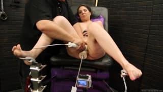 Kiki Daire prova una macchina del sesso