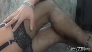 Rachel Evans in una scena erotica e sensuale