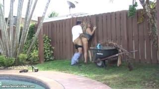Samantha 38G è una cagna che ama i giardinieri
