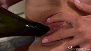 Kate A si masturba con una bottiglia di vino