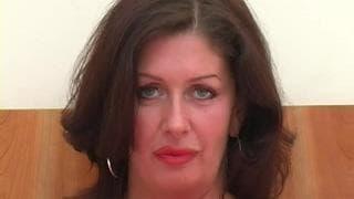 Sara Beattie si riempie la bocca con un cazzo nero