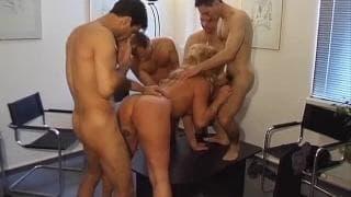 Bionda in una gang bang con alcuni uomini