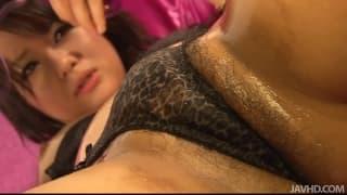 Haruka Uchiyama si diverte masturbandosi