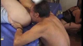 Due giovani ragazze scopano con alcuni vecchi