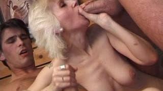 Grandma in una gangbang e la sua figa rasata