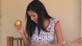 Rivera 1 giovane che si masturba con i frutti
