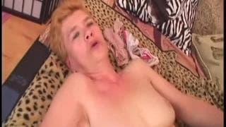 Nonna Jaja scopa con tutta la sua energia