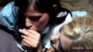 Donna Bell e Black Angelika succhiano