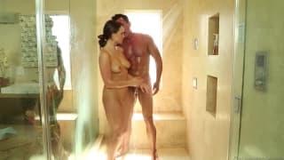 Teal Conrad fa un massaggio sexy al suo uomo