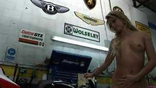 Natalia Forrest si masturba su una moto