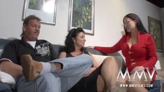 Una sexy terapista aiuta una coppia a scopare