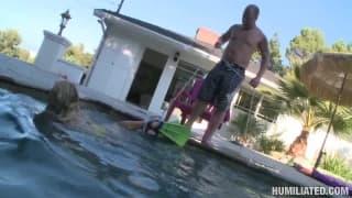 Addison Cain viene umiliata in piscina