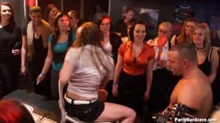 Sesso di gruppo tra dilettanti in discoteca