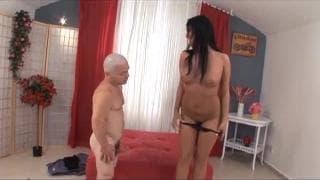 Carmen Black scopa il suo amico nano