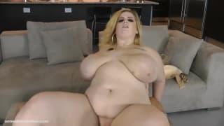 Sashaa Juggs è una grassa troia bionda che ama scopare