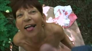Scopare una nonna all'aperto all'aria fresca