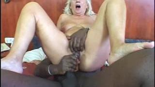 Zsoka è una nonna che ama i cazzi neri
