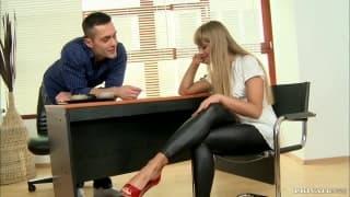 Milla soddisfa il suo uomo con i suoi piedi