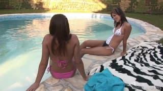 Nikita H e Zara si eccitano in piscina