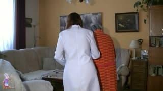 Una nonna scopa con la sua infermiera