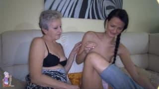 Una giovane e una vecchia godono insieme!