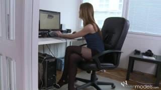 Lei decide di masturbarsi in ufficio