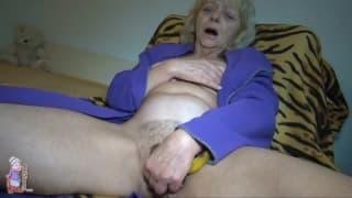 Questa vecchia nonna gioca da sola