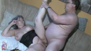Una nonna chiavata duro nella figa