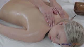 Un porno con due donne che si massaggiano