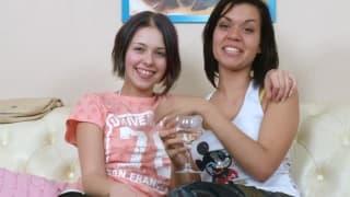 DUe belle lesbiche more con i loro sextoy
