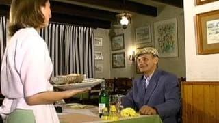 Vecchio si fa la cameriera in trattoria