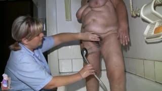 Gisela è una donna matura che fa un bagno