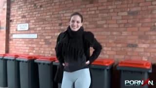 Una bruna che adora pisciare all'aperto