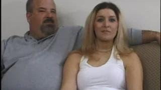 Una troia scopa davanti a suo marito