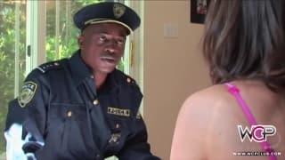 Una ragazza vogliosa punita con un cazzo